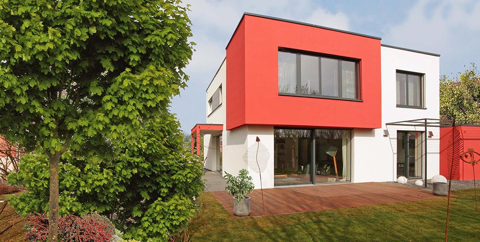 Musterhaus in München. Bungalow-Bauweise mit Fensterfront. Haus mit Garten.