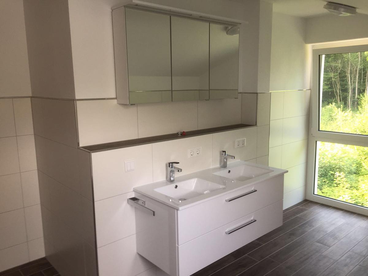 badezimmer-neubau-mit-doppel-waschbecken-und-spiegelschrank