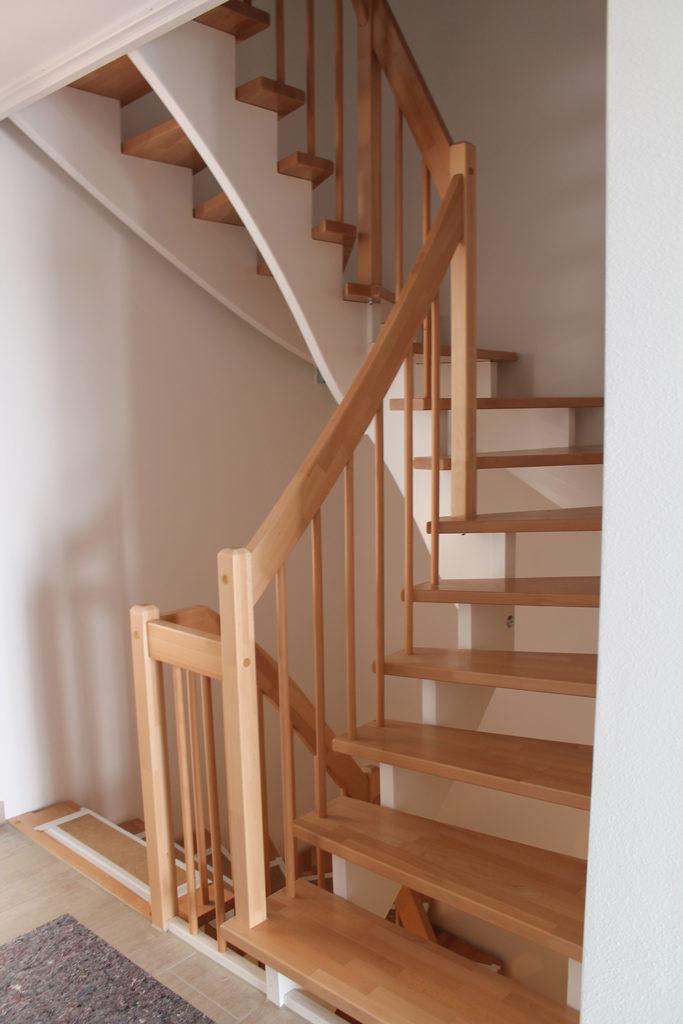 halbgewendelte-treppenform-aus-Holz-von-roetzer