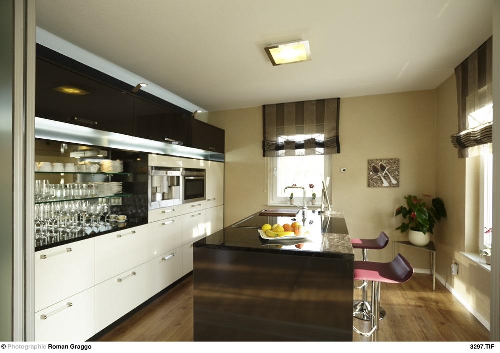 Moderne, offene Küche im Rötzer Ziegel Element Musterhaus Regensburg.