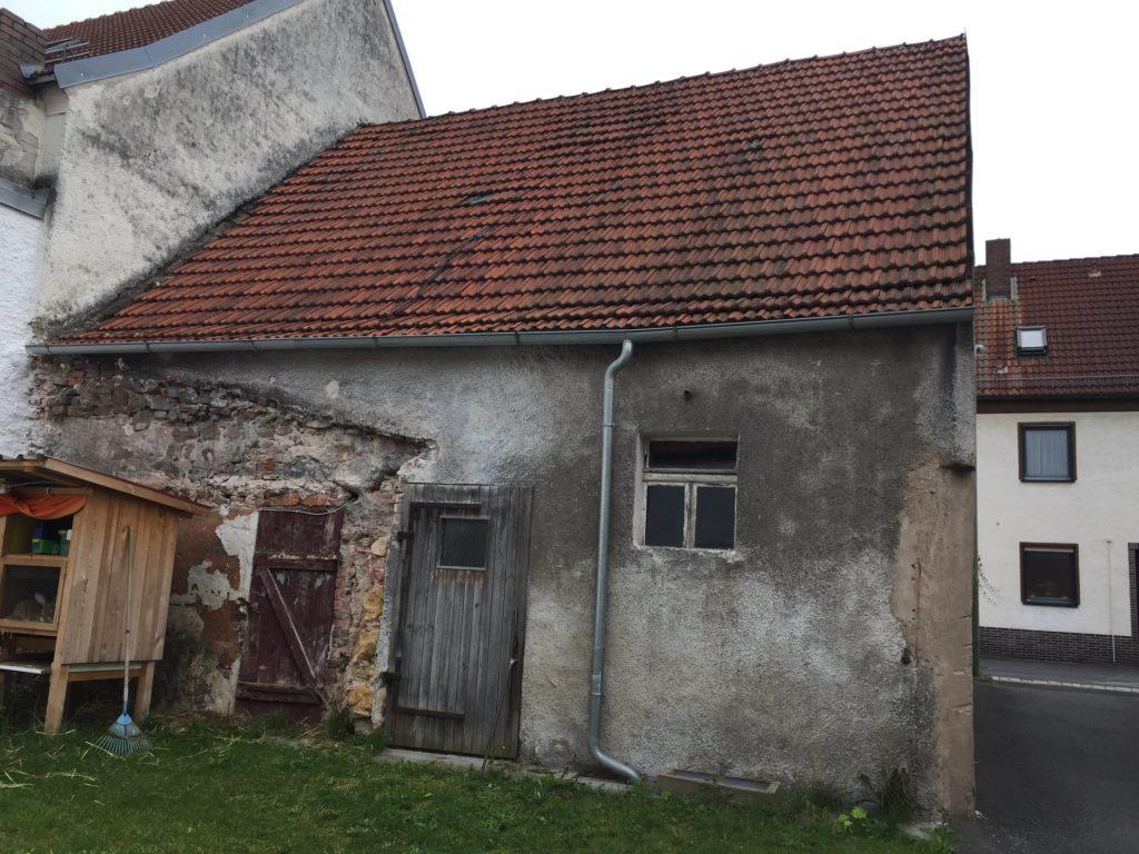 Haus zum Abriss für Neubau in einer Reihenhaussiedlung