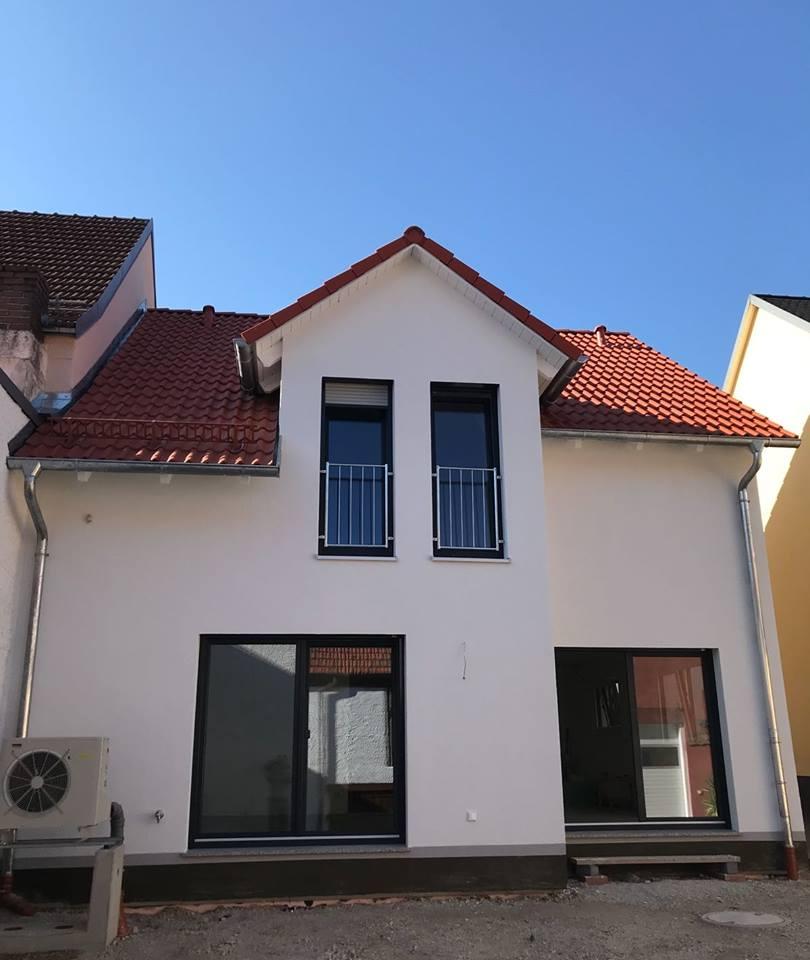 Schlüsselfertiger Neubau Ziegel-Element-Haus in einer Reihenhaussiedlung