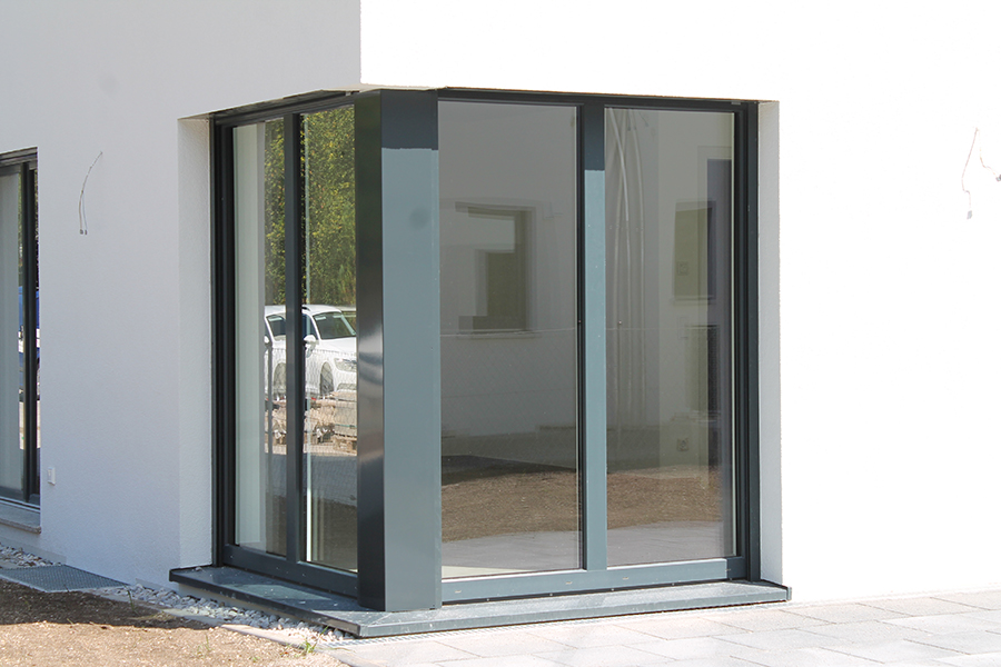 Vergleich von Fenstermaterialien: Eckfenster mit Aluminiumschale