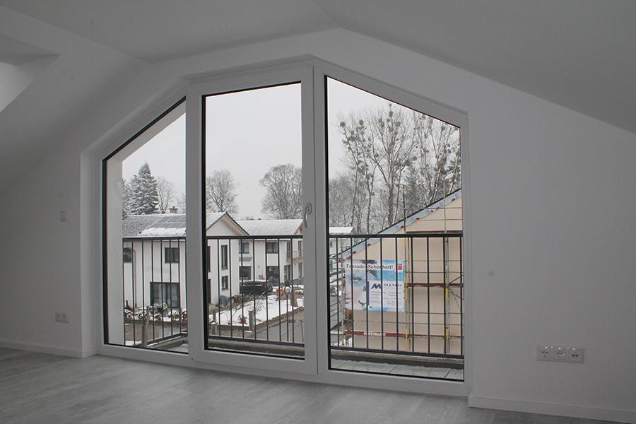Vergleich von Fenstermaterialien: Große Fenster mit Kunststoffrahmen in einem Rötzer Ziegel-Element-Haus.