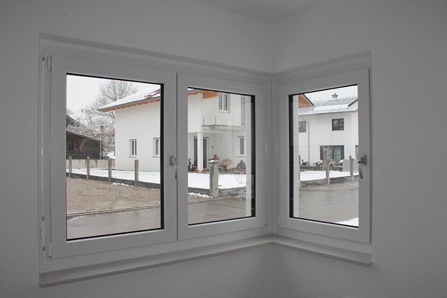 Vergleich von Fenstermaterialien: Eckfenster mit einem Rahmen aus Kunststoff von Rötzer Ziegel Element Haus