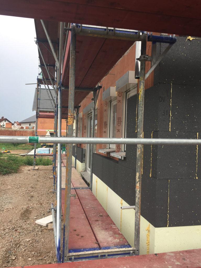 Außendämmung an Hauswand mit Fenstern