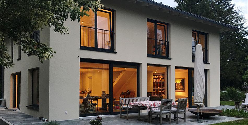 Rötzer-Haus mit Außendämmung von innen beleuchtet