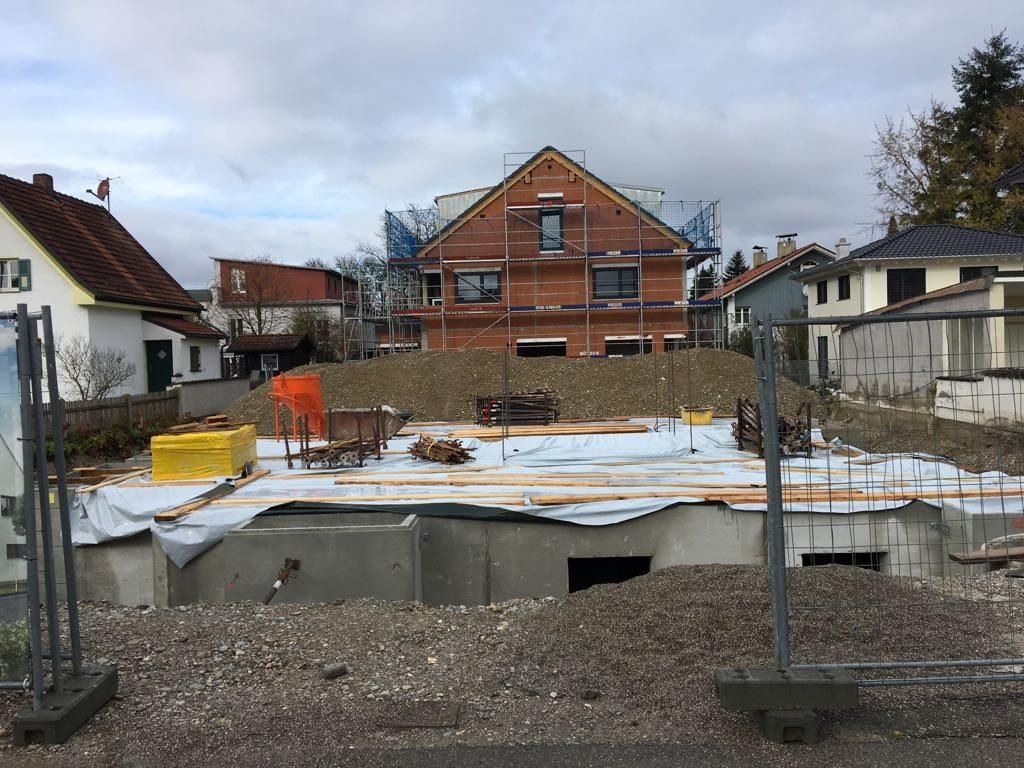 Kellerbau nach Erdaushub auf der Baustelle eines Rötzer-Ziegel-Element-Hauses.