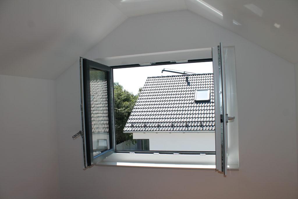Rötzer Ziegelelement Haus Rötzer Ziegelelement Haus mit offenem Kunststofffenster, Blick nach draußen.