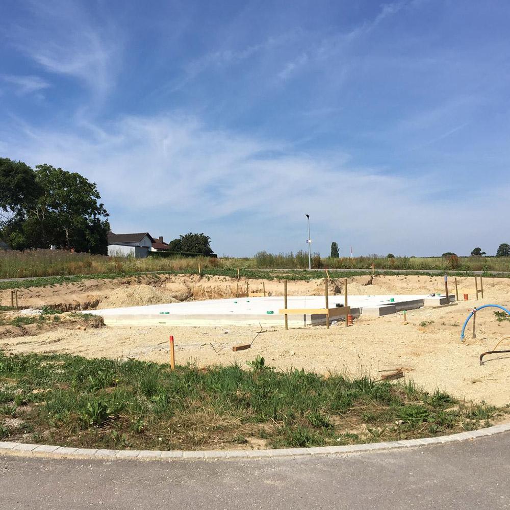 Bodenplatte Aufbau - verlegte Rötzer Bodenplatte auf Grundstück