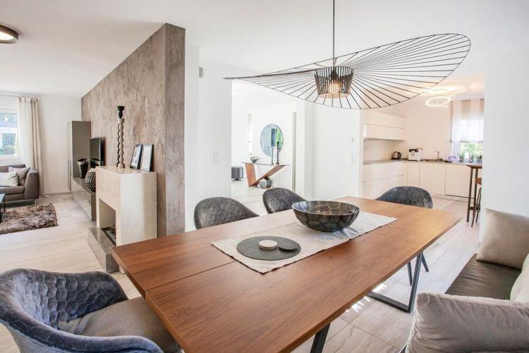 Offene Wohnraumgestaltung mit Blick in die Küche