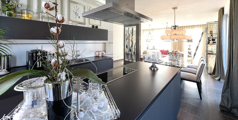 Moderne, offene Küche im Neubau