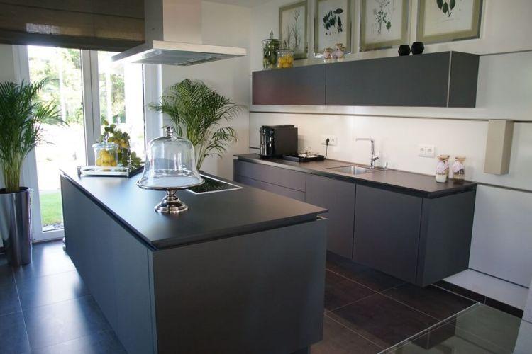 Tipps für die Küchenplanung: Offene Küche mit Kochinsel im modernen Neubau