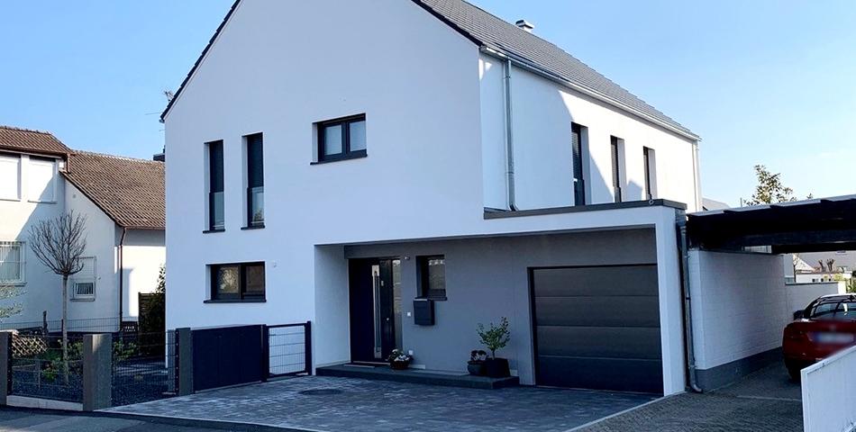 Modernes Einfamilienhaus mit Blick auf den Hauseingang