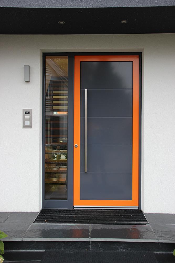 Moderne Haustür eines Rötzer Musterhauses mit verglastem Seitenteil