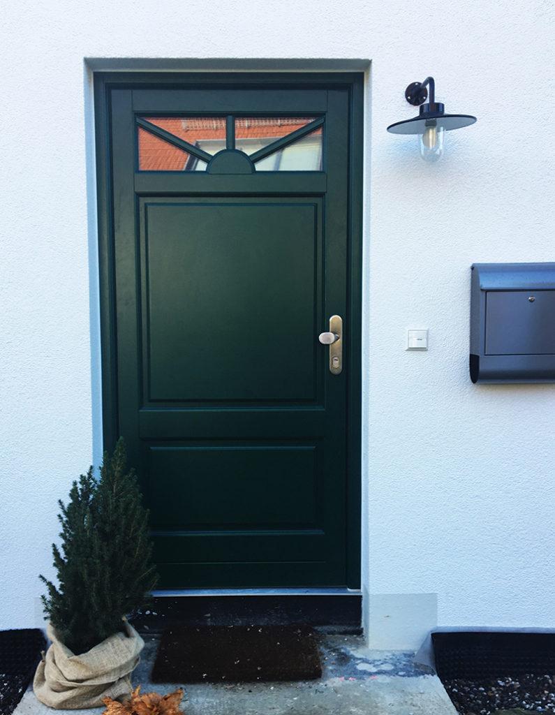 Rustikale Haustür mit Sichtfenster