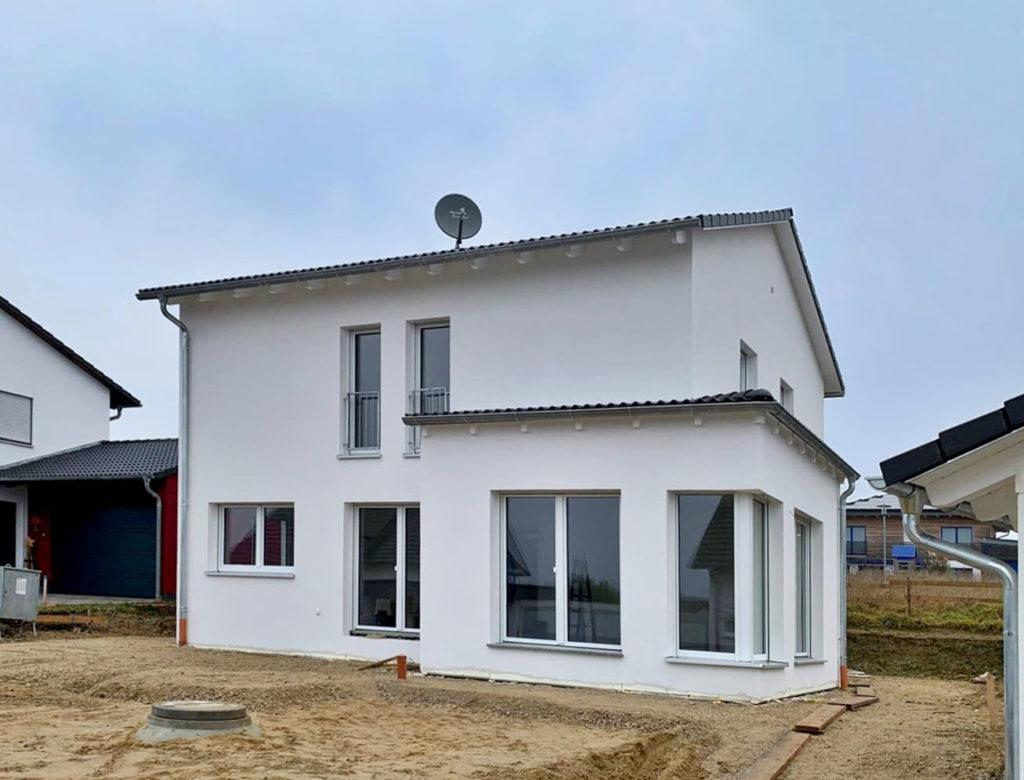 Neubau mit Erker und Satteldach