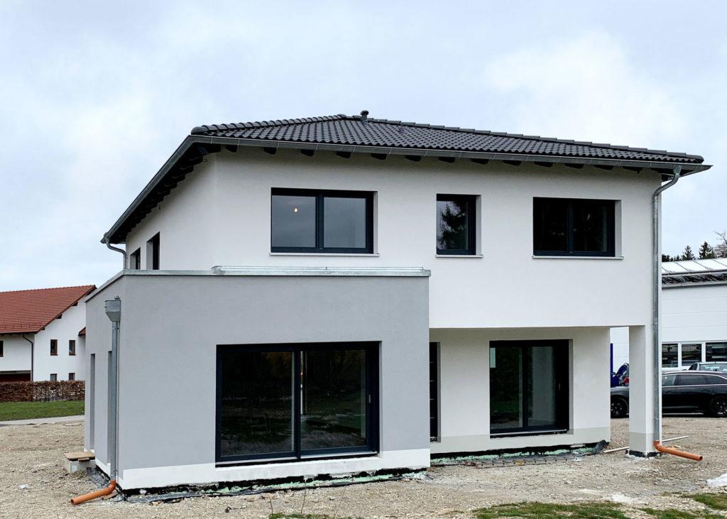 Modernes Einfamilienhaus mit Walmdach und Erker