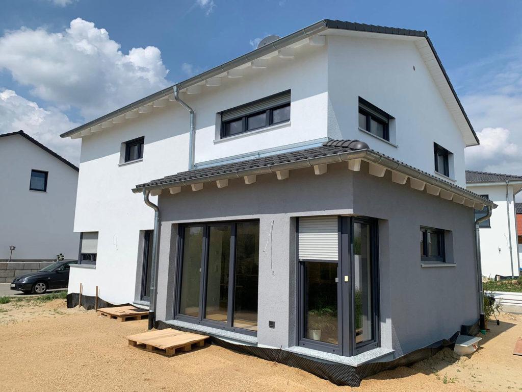 Haus von Rötzer Ziegel Element Haus mit grauem Eckerker
