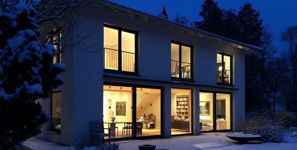 Rötzer Ziegel Element Haus bei Nacht mit beleuchteten Fenstern