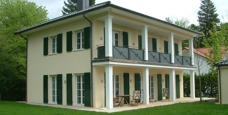 Extravagante Rötzer-Villa mit langem Balkon.