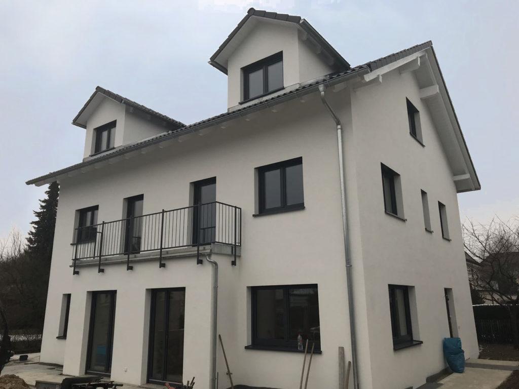 Bei diesem Haus befindet sich der Balkon auf dem darunter liegenden Erker.