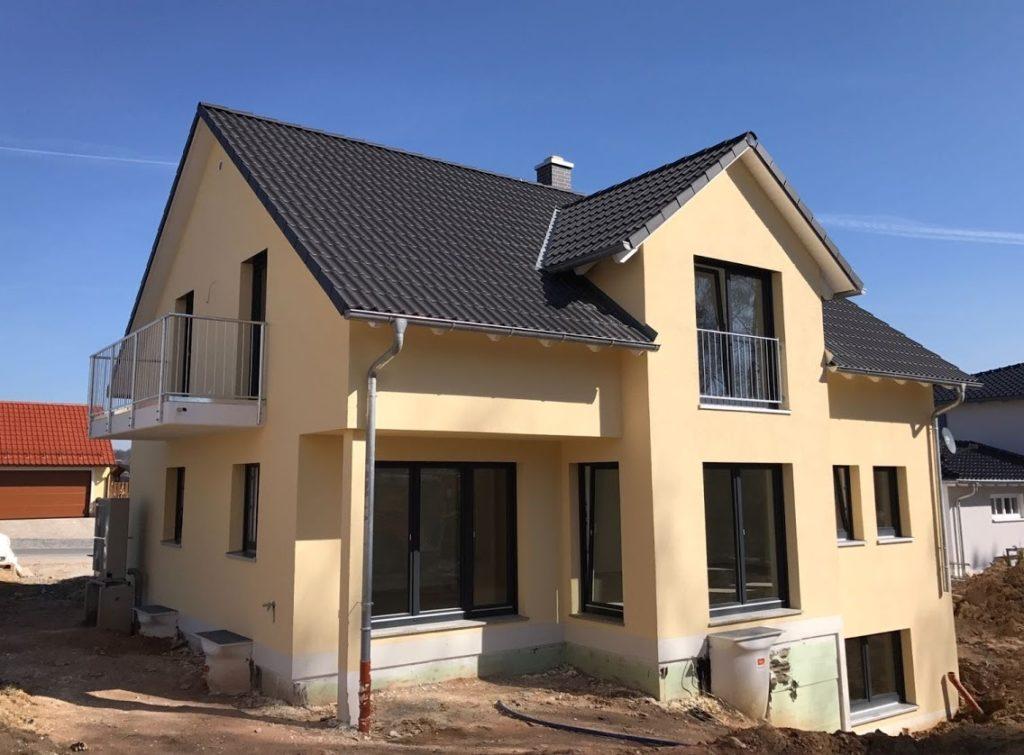 Einfamilienhaus mit freischwebendem Balkon.