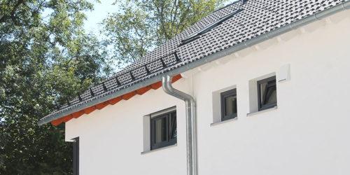 Dachrinnen mit doppelten Fallrohren an einem Rötzer-Haus.