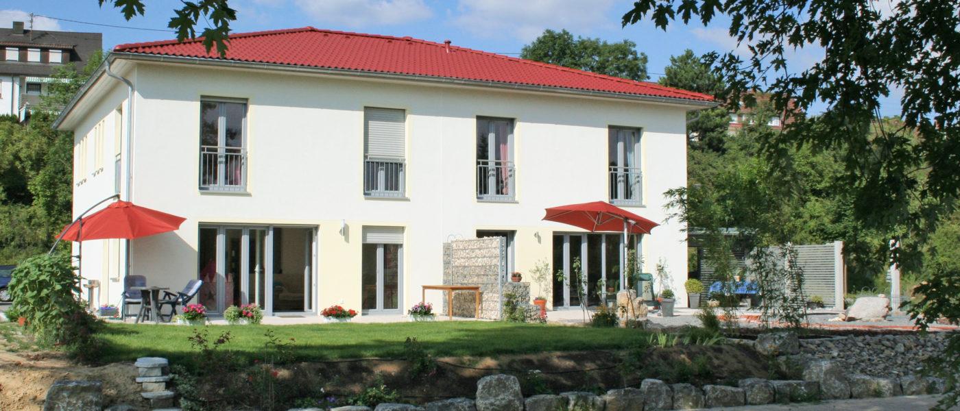 Doppelhaus mit Sonnenschutz für Fenster und Terrasse